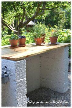Nu står vårt utekök klart! Sambon har haft idén länge och nu i sommar blev det byggd. Det är byggd av lecablock som ligger omlott, och ä... Back Gardens, Outdoor Gardens, Outdoor Potting Bench, Bbq Shed, Outside Patio, Side Garden, Backyard Projects, Diy Patio, Outdoor Rooms