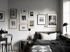 Pequeno quarto e quadros na parede