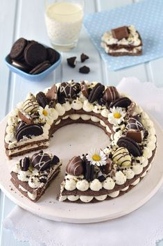 Sprinkles Dress Cream tart Oreo is part of Oreo cream - Pear And Almond Cake, Almond Cakes, Tart Recipes, Dessert Recipes, Oreo Cream Pies, Biscuit Cake, Oreo Cake, Oreo Cupcakes, Birthday Cupcakes