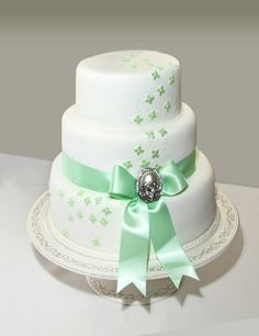 Simple and pretty. Find the best Toronto and the GTA have to offer on thePWG.ca #Wedding #Cakes http://www.theperfectweddingguide.com/toronto_wedding_cakes.html