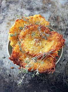 Galettes de pommes de terre croustillantes au thym Recipe Crispy potato pancakes with thyme – Marie Claire Potato Recipes, Vegetable Recipes, Baby Food Recipes, Fall Appetizers, Appetizer Recipes, Vegetarian Recipes Dinner, Vegan Recipes, Marie Claire, Potato Galette