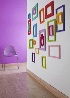 Decoração com molduras coloridas na parede branca.  Via Casa Louca