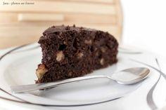 Čokoládovo-cuketová buchta, krok 1: Troubu si předehřejeme na 160 °C, ořechy nahrubo posekáme a nasucho opražíme na pánvi (cca 3minuty).