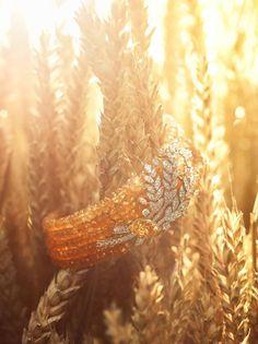 """Пшеница, или """"les blés"""" по-французски, стала вдохновением свежей ювелирной коллекции CHANEL. Эти украшения, как и спелые колосья пшеницы, призваны стать символами благополучия, удачи и процветания."""