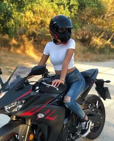 Girl Riding Motorcycle, Female Motorcycle Riders, Womens Motorcycle Helmets, Motorbike Girl, Motorcycle Outfit, Biker Chick, Biker Girl, Cool Motorcycles, Women On Motorcycles