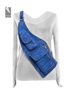 Idea for bag with rain poncho. Denim Backpack, Denim Purse, Sling Backpack, Artisanats Denim, Blue Denim, Waist Purse, Denim Ideas, Denim Crafts, Recycle Jeans