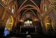 IGLESIA DE SAN PEDRO  Es una construcción mudéjar del siglo XIV. La torre es de ladrillo y cerámica incrustada. El exterior de la iglesia también está decorado con azulejos, con ábside poligonal reforzado con torreones. En su interior consta de una única nave de bóveda de crucería y capillas laterales. El retablo del altar mayor es renacentista. En el lado de la Epístola está situada la capilla de los Amantes, aunque sus sepulcros están en una dependencia contigua a la iglesia.