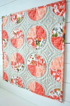 Lady's Delight Circle Mini Quilt | This mini quilt pattern is a great way to practice quilting curves!