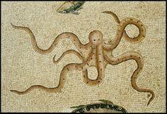 Détail de la mosaïque d'Okeanos. D'une surface de 70 m², elle recouvrait le grand péristyle de la villa et représente les divinités des eaux entourés de vingt-cinq animaux marins et fluviatiles. Ici, une pieuvre. Mosaic Artwork, Mosaic Wall Art, Mosaic Tile Designs, Mosaic Tiles, In Ancient Times, Ancient Art, Kraken, Mosaic Portrait, Animal Sketches