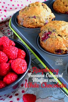 Raspberry Banana Oatmeal Muffins with White Chocolate Chunks Healthy Cookie Recipes, Muffin Recipes, Snack Recipes, Dessert Recipes, Snacks, Healthy Muffins, Breakfast Recipes, Cooking Recipes, Raspberry Oatmeal Muffins