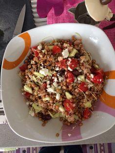 Insalata di farro con cetrioli, tonno, pomodorini, olive taggiasche, germogli di porro, feta.