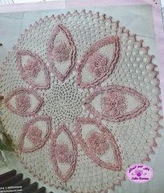 Tapete de crochê em barbante com flor rosa rebordado