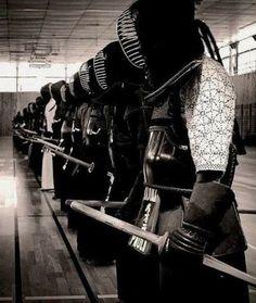 Kendo is an interesting sport. I always enjoy photos of kendo practice . Kendo, Aikido, Kung Fu, Karate, Japanese Warrior, Japanese Sword, Samurai Art, Samurai Warrior, Artiste Martial