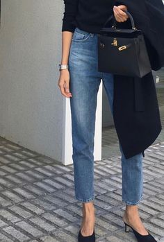 Street Style : Minimalist chic For more fashion inspiration visit www. Kitten Heels Outfit, Heels Outfits, Casual Outfits, Casual Jeans, Cool Outfits, Summer Outfits, Outfit Jeans, Looks Chic, Looks Style
