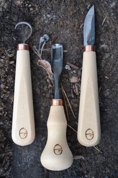 Wood carving tools- Spoon chisel, hook, chisel – Gilles, Lithuania … by klaus_nemet Green Woodworking, Woodworking Hand Tools, Wood Tools, Woodworking Videos, Spoon Carving Tools, Wood Carving, Carved Spoons, Wood Spoon, Tool Set