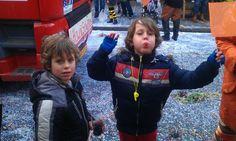 De mannen aan het feesten bij de carnavalsoptocht #2012