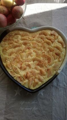 Vaniljainen omenapiirakka | Reseptit | Kinuskikissa | Reseptit Baking Recipes, Dessert Recipes, Desserts, Sweet Pastries, Sweet Pie, Something Sweet, No Bake Cake, Macaroni And Cheese, Food And Drink