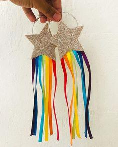 """bruno xavier acess no Instagram: """"VOU PINTAR UM ARCO-ÍRIS DE MAGIA 🌈 nosso brinco de estrela + arco-íris acabou de chegar, em quantidade limita e vai ser sucesso!!! VEM QUE…"""" Carnival Costumes, Diy Costumes, Festival Outfits, Festival Fashion, Neon Party, Rainbow Pride, Rainbow Star, Festival Looks, Halloween Disfraces"""