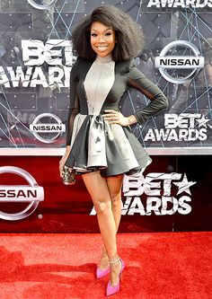 BET Awards 2015 Red Carpet: What the Stars Wore! BRANDY - The singer and actress posed in a black and silver A-line dress and suede fuchsia pumps. Celebrity Look, Celebrity Photos, Old Fashioned Peach Cobbler, Brandy Norwood, Bet Awards, Pretty Black Girls, Vogue, Red Carpet Looks, Wedding Season