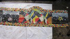 mosaico policromado para respaldo de banca hecho por Raquel Cárcamo y Jorge Alvarenga. Además puede ser ubicado en muchas áreas tanto dentro como fuera de casa resistente y duradero además de hermoso