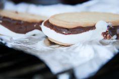 S'mores zijn superlekker na een barbecue en met slechts 3 ingrediënten heel simpel en snel te maken: marshmallows, mariabiscuitjes en chocolade.