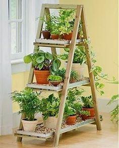 Una solución económica y efectista: decoración con una escalera.
