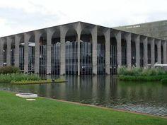 El Palácio do Itamaraty, también conocido como Palacio de los Arcos por los inmensos arcos que cubren su fachada,es la sede del Ministerio de Relaciones Exteriores de Brasil. Fue diseñado por el arquitectoOscar Niemeyeral igual que muchos otros edificios oficiales de Brasilia. Frente al Palacio se puede observar la famosaescultura de Meteoro, diseñada por Bruno Giorgi.
