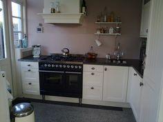 Keukentje...wel vrij klassiek maar goed, past wel bij de jaren 30 stijl van het huis...(met tegeltjes-spoelbak!)