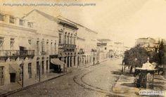 Praça da Alfândega próximo ao local da foto de 1865. Também é possível reparar o chafariz.
