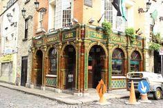 The Quays Bar, à Dublin ! © Gaelle Gonzalez #pub #ireland #dublin #travel #beer #party #irlande #europe #tradition #bar Life List, Dublin, Big Ben, Irish, Building, Bookshelf Bar, Travel, Irish Language, Buildings