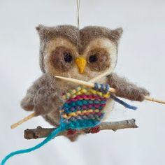 Omg, this knitting owl is so gorgeous! <3