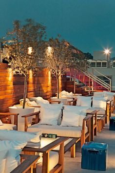 Fresh Hotel Athens, offers design combined with an excellent service. Truly one of the best boutique hotels in Athens Greece. Outdoor Restaurant Design, Rooftop Restaurant, Rooftop Bar, Coffee Shop Design, Cafe Design, Led Decoration, Hookah Lounge, Air Lounge, Rooftop Design