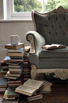 Flat decorating deco ideas with books for the modern living room - Buch I Love Books, Books To Read, Pile Of Books, Tea And Books, Buy Books, Book Nooks, My Living Room, Small Living, My New Room