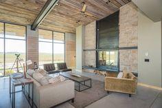 Glas, Beton und getrocknete Erde machen aus unserem Haus der Woche ein Landhaus der ganz besonderen Art – vor der Kulisse der mächtigen Rocky Mountains und den schier endlosen Weiten der Getreidefelder.