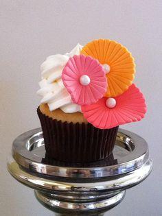 Beautiful mod flower cupcake <3