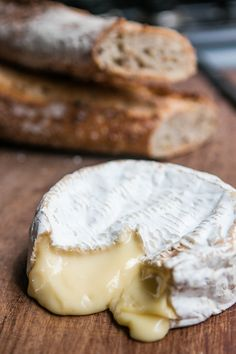 My favorite cheese: Camembert de Normandie - raw milk French cheese Fromage Cheese, Queso Cheese, Wine Cheese, Queso Camembert, Baked Camembert, French Cheese, Tasty, Yummy Food, Cheese Lover