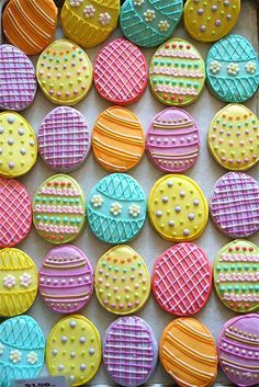Easter egg cookie inspiration for decorating sugar cookies. Simple and high impact designs. No Egg Cookies, Galletas Cookies, Easter Cookies, Easter Treats, Cookies Et Biscuits, Sugar Cookies, Easter Biscuits, Candy Cookies, Cookies Soft