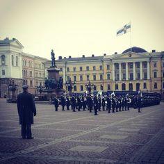В Хельсинки какой-то военный парад утром репетировали - прямо перед памятником Александру II #alexantericonference #helsinki #finland #parade #military #army #square #music #Финляндия #Хельсинки #парад #репетиция #военные