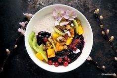 Hedelmäinen riisikuppi | Paleokeittiö Protein Snacks, Acai Bowl, Sweets, Breakfast, Desserts, Food, Acai Berry Bowl, Sweet Pastries, Morning Coffee
