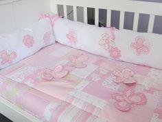Acolchado Pachwork en tonos rosas con Mariposas voladas... Set de Chichoneras haciendo juego.  Por informes: info@citricokids.com