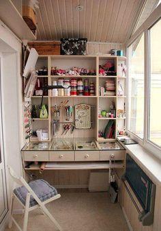 Под окном ; откидной столик с линовкой для раскроя.