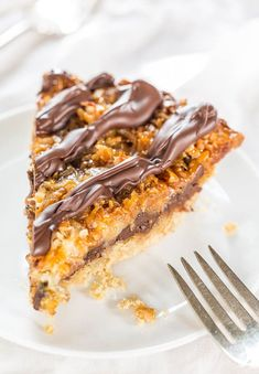 Samoas Cookie Pie Samoas Cookie Pie – Move over Girl Scout Cookies! The flavor in this easy, giant cookie is spot-on! Oreo Chunk Cookie Pie tasApple Pie Cookie Cups – c Giant Chocolate Cookie mi Tarte Cookie, Cookie Pie, Cookie Bars, Easy Baking Recipes, Cookie Recipes, Pie Recipes, Samoa Pie Recipe, Köstliche Desserts, Dessert Recipes