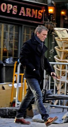 Daniel Craig knows how to dress for his body type.