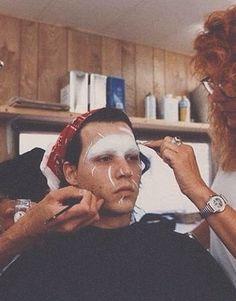 Ve Neill applying make up to Johnny Depp for Edward Scissorhands Movie Props, Movie Tv, Edward Scissorhands Makeup, Ve Neill, Dianne Wiest, Estilo Tim Burton, Scissors Hand, Anthony Michael Hall, Corey Feldman