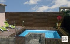 Piscine de petite taille - Piscine XS - Mini-piscine avec une échelle en inox et une margelle en ipé. Dans un espace très contraint, la piscine trouve toute sa place.