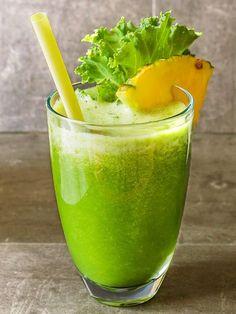 Centrifugato drenante ananas asparagi e sedano: un cocktail potentissimo di proprietà depurative, drenanti e anticellulite, contro la ritenzione idrica!