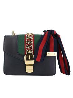 Bolsa Gucci Sylvie Mini Preta Original confeccionada em couro com faixa  central em gorgurão nas cores da marca. O modelo estruturado possui alça de  ombro em ... e2d4e187c4