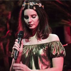 Jan.5, 2018: Lana Del Rey performing 'Pretty When You Cry' (lying on the stage floor next to her dancers) in Minneapolis #LDR #LA_to_the_Moon_Tour