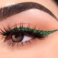 The thing with amber eyes is that they are very rare and you should use it to your advantage. In case you doubt your skills – follow our lead. #makeup #makeuplover #makeupjunkie #eyes