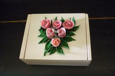 caja chica con rosas
